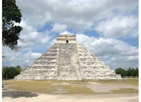 Our first glimpse of the Kukulcan Pyramid of Chichén Itzá